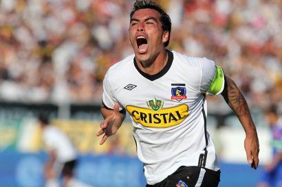 Santiago 30 de Octubre 2011(UPI) El jugador de Colo-Colo Esteban Paredes celebra el gol en el partido frente a U. de Chile disputado en el estadio Monumental. (UPI/ Javier Valdes Larrondo)