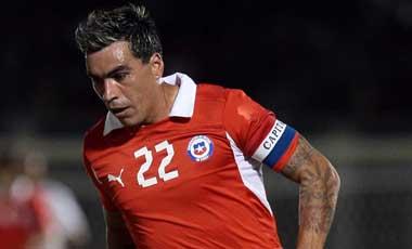 21 de MARZO de 2012/ARICA Esteban Paredes controla el balon ,durante el partido amistoso internacional entre las selecciones de Chile vs Peru, jugado en el estadio Carlos Dittborn de Arica FOTO: OSVALDO VILLARROEL / AGENCIAUNO